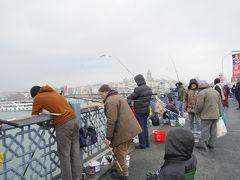 エミノニュで降りて、ガラタ橋を渡ります。 冬のイスタンブールの空はどんよりしています。でも、ガラタ橋で釣りを楽しむ風景は、冬の風物詩ですね。  10数年前、初めてイスタンブールを旅行した時も12月でした。寒くて、風邪をひいて、こじらせて、蓄膿症を発症したんです笑。しかもシリア再入国のビザがイスタンブールの領事館で取れなくて、途方に暮れていたら、ガラタ橋で世界一周中の先輩に偶然会って、一緒にサバサンドを食べたんです。今思い出しても、不思議な体験。。。 じろじろ怪しい視線を感じて、不審者だと思ったら、大学の先輩だったという。。。