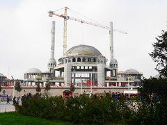 タクシム広場で建設中の巨大モスク、着々と工事が進み、全体像が見えてきました。現大統領が、イスタンブール市長時代から、タクシムに新規建設を主張してきたモスクです。  広場を挟んで向かい側では、オペラの建設も。