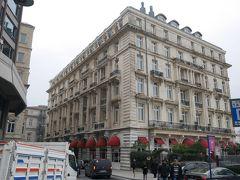 さて、この日のお宿に到着です!  いつもは宿泊費は節約したいと思うタイプなのですが、今回は少し奮発して、Pera Palace Hotelに宿泊です。(タクシムにある外資系ホテルより少し安いくらいのお値段です。) というわけで勝手に【特集①ペラ・パレス宿泊】  パリとイスタンブールを結ぶオリエント急行の乗客のために、1895年にオープンした老舗ホテルです。特に有名な宿泊客はアガサ・クリスティー。1926-1932年の間に何度もペラ・パレスに宿泊し、411号室を好んで利用したとか。『オリエント急行殺人事件』はこのホテルの客室で執筆されたとも言われています。  他には、アーネスト・ヘミングウェイ、ピエール・ロティ、アルフレッド・ヒッチコック等。 https://blog.perapalace.com/en/story-of-pera/famous-guests-of-the-pera-palace-hotel/ また、建国の父アタテュルクが利用した101号室は、現在はミュージアムとして公開されているそうです。(そのことを知らず、見そびれました~・・;)