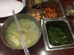 鱈のスープにニラやエビの塩辛などを入れいただきます。 このメニューしかないのですぐいただけます。店内は地元の方もたくさん、本当に韓国のハングルの文字しかないローカル色の高いお店。 武橋洞プゴグッチッ