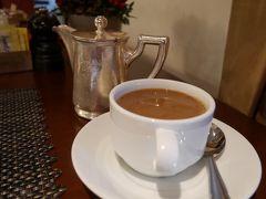 【12月23日(日)、2日目】 おはようございます。朝食は、珍しくホテルでいただくことにしました。 ペラホテルは、フロントの対応は普通なのですが、朝食会場のスタッフの方々は甲斐甲斐しく世話を焼いてくださり、いつもより贅沢な気分を味わうことができました。  朝食のビュッフェは、感動する程ではありませんでしたが、そこそこ充実した内容だったと思います。