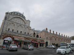 さて、ミフリマー・スルタン・ジャーミィに到着です! このモスクを訪れるのは初めて。  オスマン朝時代を代表する大建築家、ミマール・スィナンによって建造されたモスクの一つです。1565年完成。  ミフリマー・スルタンとは、第10代目「壮麗王」スレイマン1世と寵妃ヒュッレムの間に生まれた娘のこと。ミマール・スィナンは、このミフリマー・スルタンに強い恋心を抱いていたと言われています。その年の差、(たぶん)33歳!  ミマール・スィナンは、スレイマン1世の命で、ウスキュダルに娘ミフリマー・スルタンの名を冠したモスクを1547年に完成させます。つまり、ミマール・スィナンは、ウスキュダルとエディルネカプにそれぞれ「ミフリマー・スルタン・ジャーミィ」を建てたのです。