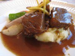 ツアーの後は併設のレストランで牛肉の赤ワイン煮などをいただき、お土産に深雪花ワインを買ってワイナリーを後にしました。