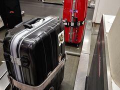 早速JALの機械?でチェックインし、荷物をカウンターのお姉さんに預けます。イヴァロで無事出てきますようにと、お姉さんも祈ってくれました(笑)