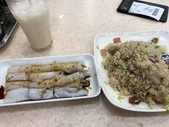 21:40 LEE レストランで夕食  初日の夜と同じ。 シンガポール炒飯 HKD $51 杏仁ミルク HKD $6 腸粉 HKD $14