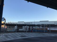 バスに乗って成田空港内を移動します。しばらく行くとシンプルと言うか無駄がないと言うか、装飾がないと言うか、実用本位と言うか、とにかく第3ターミナルが見えてきました。
