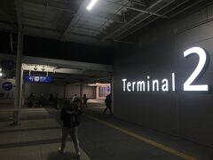 関西空港第2ターミナルに着きました。こちらはほぼピーチ専用のターミナルのようです。