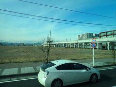 宮城県名取市のゆりあげ港をあとにして南下します。 途中で東北本線の名取駅から分岐した仙台空港アクセス線の高架をくぐります。 仙台駅から最短18分(17分だったかな?)で仙台空港を結んでいるそうです。 ここでも周囲には更地が目立ちました。