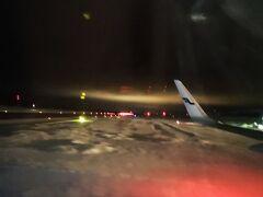 イヴァロ空港に到着しました。 降機は前方のドアからと思ってたのに、後ろのドアも開き、後ろから降りられました。 イチイチ日本とは違って、感心したり不安になったり!(笑)  そして遠くの空にうっすら光が! これはもしかしてーーーーー!!    ・・・結果違いました。街の明かりが雲に反射してるだけらしい。 一縷の望みだったのに・・とほほ・・ (;´Д`)