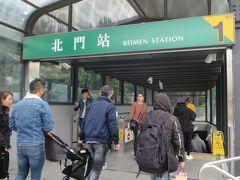 北門駅から地下に降ります。