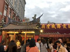 まずは霞海城隍廟へ。  前回台北に来た時に龍山寺の、1月に香港行った時も香港の月下老人にお参りしたのだけど、その後友人が調べたところによると月下老人は複数の場所でお参りしたらダメで、一か所にしたほうがいいとのこと。 これはいかん!ということで、私はこちらの月下老人と相性がいい気がするので、今後はこちらに一本化しますからどうかよろしくお願いしますとお伝えしに来た次第です(笑