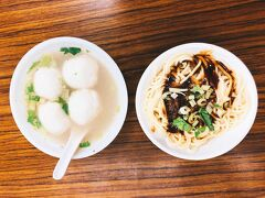 晩御飯その1は、永楽市場から自転車で少し行ったところにある佳興魚丸店へ。 魚丸スープと乾麺を注文。  魚丸はツミレなのだけど、日本のものより弾力があってもちもちしてました。 中には甘辛く味付けされたそぼろが。 スープはセロリの効いたあっさり味。 乾麺は油そばみたいな感じ。 どちらもかなりおいしかったです。  この後カルフールに少し寄ってお土産購入。 双連駅近くでシャンプーをしてもらい、レンタサイクルを返却しました。 15時から20時くらいまで借りたかな? 後日カードへの請求を確認したところ、80TWD(299円)でした。