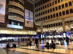 地下鉄で双連駅から台北へ移動。 台北駅のロビー?にはなぜか座り込んでいる人たちが多数。