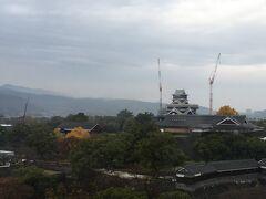 熊本に到着後、ホテルに荷物を置いて熊本市役所へ。14階に展望台があり熊本城が一望できます。熊本城は明日見学する予定なので、今日はここまで。