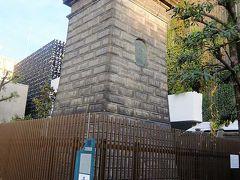 深川公園の石造燈明台.  後ろは深川不動新本殿の建物.