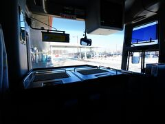 さすがに暖冬とは言えこの時期の北海道。 レンタカーで途中何かあってはいけないので無難に空港から予約しておいた阿寒エアポートライナー≪1便≫1号車 (10:00発)に乗り「道の駅 阿寒丹頂の里」で途中下車。15:02の後続のバスに乗る予定で5時間程のゆっくりのんびり滞在。