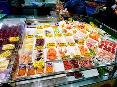 思いのほか足下の悪い道をテケテケペンギン歩きをしながら釧路和商市場へ。