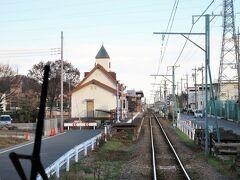・東富岡駅 地域住民による請願駅として1990年(平成2年)に開業しました。 駅舎は富岡製糸場をモチーフとしており、三角屋根の時計台を有しているほか、一部に赤レンガが使用されています。
