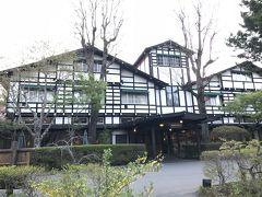 朝日に輝く軽井沢万平ホテル正面の全景