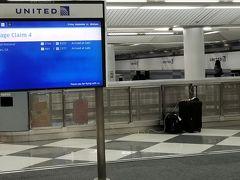 予定より少し早めにシカゴオヘア国際空港のC15ゲートに到着しました。   バゲージクレームも閑散としていました。