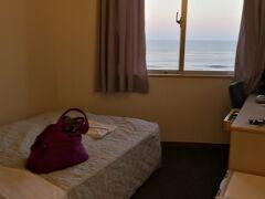 そしてオフィスに戻り、レンタル品をお返しして解散。  ホテルにチェックインです。 海の見える部屋になりました。