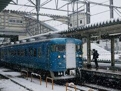 富山駅に到着。 金沢7:57ー富山8:58 (雪で定刻より3分遅れで到着)  結構本格的に降ってる。