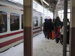 直江津13:57ー越後湯沢15:33 (雪で定刻より30分以上遅れて到着)  越後湯沢、ホームも積雪。