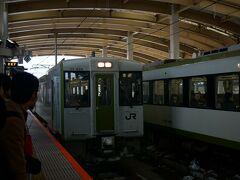 新潟から米沢まで乗り換え無しの快速べにばなで向かいます。 2両編成で車内は満席。
