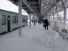 米沢駅に到着。 ホームに吹き込んだ雪が良い感じ。  新潟8:40ー米沢11:44 (雪の影響で13分遅れ)