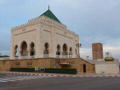 <12月31日> ホテルを8時に出発。ラバトの観光も1カ所だけです。フランスから独立した時の国王ムハンマド5世の霊廟です。