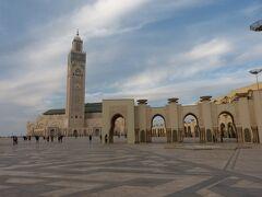 空港に到着後、カサブランカ市内のハッサン2世モスクへ。時間はもう17時前です。