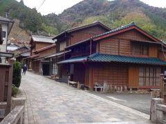 さて、昔ながらの街並みに出会います。  旧東海道には幾つもの宿場が設けられていましたが、その中間地点にも、「間の宿」(あいのしゅく)と称する旅人の休憩施設が設けられていました。