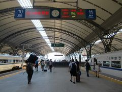 武漢の漢口駅。 デカい。ホームは17番まである!さらに増築しているような看板も。