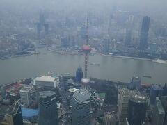 上海タワーの展望台から下を見下ろす。 ガスってて残念。