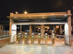 アタテュルク空港駅 (ハワリマヌ駅)から20分ほどメトロに乗り、ゼイティンブルヌ駅でトラム(T1)に乗り換えます。  珍しくトラムの停留所にも改札がありました。意外とちゃんとしていてびっくり!