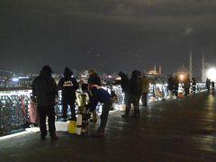 まだ暗いのに、ガラタ橋には釣り人がずらりと並んで釣りを楽しんでいました。