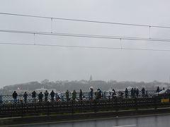 ガラタ橋にずらりと並ぶ釣り人たち。