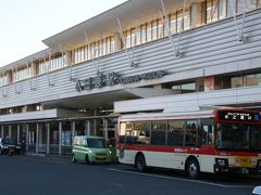 朝ごはんを食べに行こうということで小田原駅へ。 せっかく海へ来たから、新鮮なとれたての魚を食べたかったけど、正月早々に漁になんか出ないし、やっているお店もなかったので…。 Mゆかトラベラーさんがよく行くという早川港へ立ち寄ってみましたが、案の定正月から開けているお店はありませんでした。(10時に開店しそうなお店はありました。)
