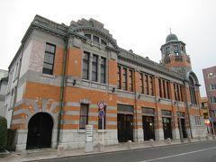 旧大阪商船 大正6年(1917)築、大阪商船門司支店を修復。 オレンジ色のタイルと白い石の帯が調和した外観と八角形の塔屋が目印。 当時、門司港から一月に台湾、中国、インド、欧州へ60隻もの客船が出航。大阪商船ビルはその拠点の一つで、1階は待合室、2階はオフィスとして使われた。 現在、1階はわたせせいぞうと海のギャラリーと、地域作家作品を販売する門司港デザインハウスに、2階は貸ホール。