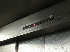 業務用のようなしっかりとしたエレベーターで地上へ。