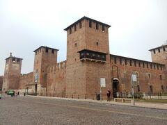 ここまで来るのが実は大変(2回乗り間違えたから)だったのですが、カステルヴェッキオ。  スカラ家によって14世紀中ごろに建てられた城塞です。