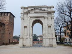 ガーヴィ門。  古代ローマ時代からあった門が再建されたものだそうです。