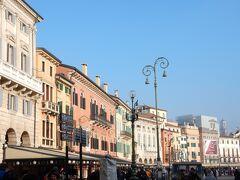 アレーナの前に広がるブラ広場。  このあたりにはアレーナを見ながら食べられるレストランが多数あります。