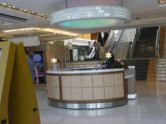 「カジノへGO!」(笑) スターの入口近くにはインフォメーションもあります 後ろの階段、エスカレーターを上るとカジノの入口です