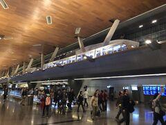 カタールのハマド国際空港(新ドーハ国際空港)に到着。空港内の通路の上部にはちょうど、モノレールが入線してきました。