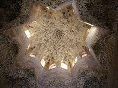 細密な装飾がされた天井裏