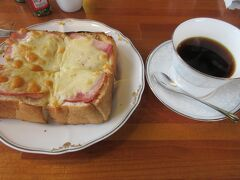 茶房ぐーてらいぜでランチを食べようとやってきました。 お昼には早かったのでチーズハムトーストと珈琲を頂きました。