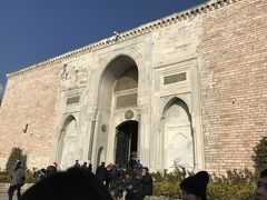 オスマントルコ帝国の栄華の象徴トプカプ宮殿 第一の門。当時、一般の人が入ることのできた門だそうです。