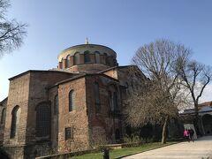 イスタンブール最初の観光は、アヤイリニ教会。 トプカプ宮殿内に残る教会でキリスト教などの他宗教だった、嫁いできた花嫁がイスラム改宗前に使用した1600年前に建設されたキリスト教会