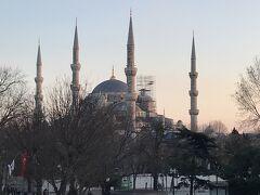 6本の角があることで有名な、1616 年に建立されたブルー・モスクで必見の、『スルタンアフメット・ブルーモスク』 角の1本と内部の一部はメンテナンス中でしたが、一度は見てよかったと思いました。